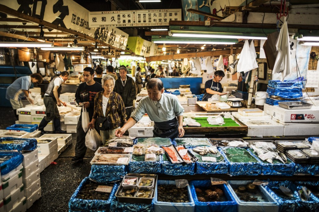 Buyers and sellers at the Tsukiji fish market in Tokyo. With an anually estimated turnover of 5.5 billion dollars and more than 60.000 workers ,this is the biggest wholesale and seafood market in the world. With more than 2000 tons of seafood handled daily it is said that any eatable seafood can be found here. Because the installations are getting old and the space is getting too small for this numbers there are plans to meve the market to another placement in 2014.